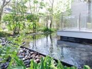 モダン建築に野趣を加えた 温もりのある庭