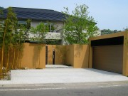 現代建築と雑木が調和した庭
